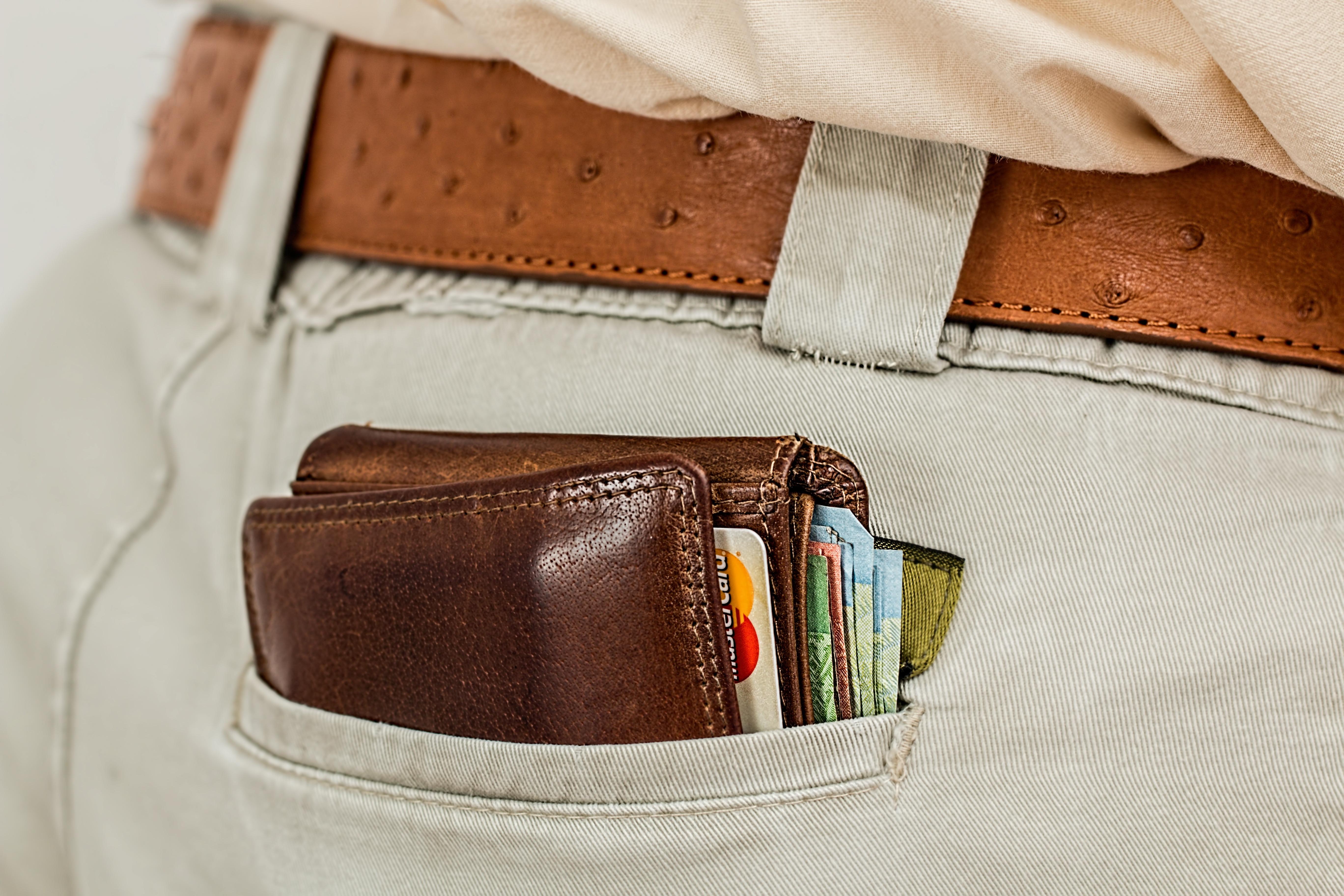 財布に手を突っ込んでお金を引っこ抜く行為